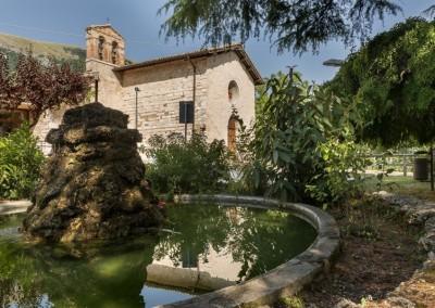 Costacciaro - giardini con chiesa della misericordia