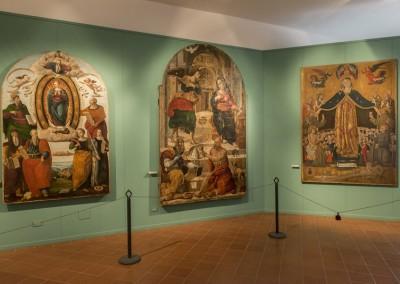 Montone - museo opere sulla dx la.madonna della misericordia